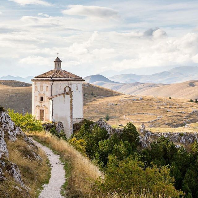 Rocca Calascio, Abruzzo, Italy. #italy #abruzzo #nature #highlands #mountains #instatravel #travel #traveling #landscape #europe #beautiful #passionpassport #wanderlust
